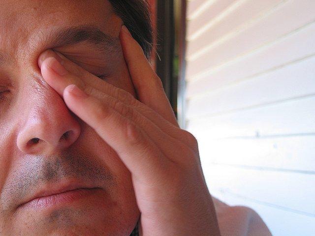 Tvár, muž v strednom veku, unavený, únava.jpg