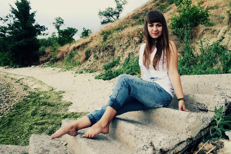 Mladá žena, usmiata, zdravé prostredie, príroda, šťastie, regenerácia.jpg