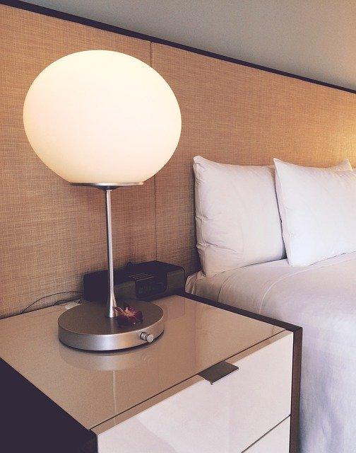 Detail lampa a posteľ