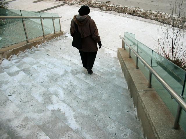 Schody v zime, vonku, staršia žena