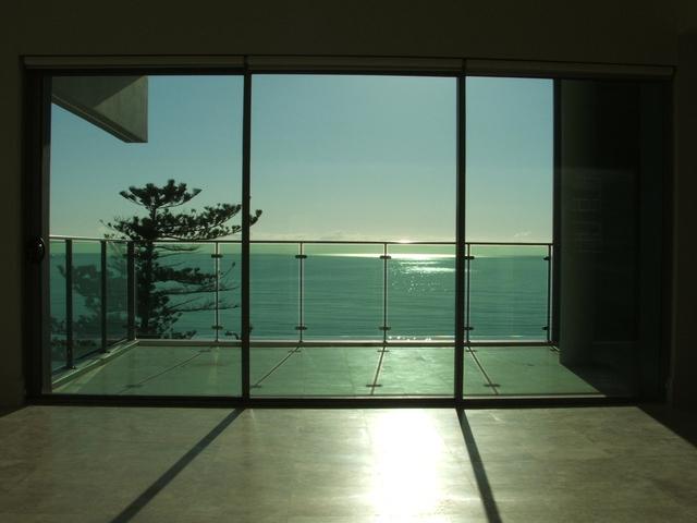 Interiér, výhľad na more