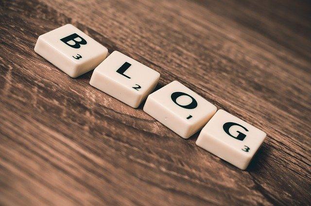 """Slovo """"blog"""" vyskladané z bielych kociek"""