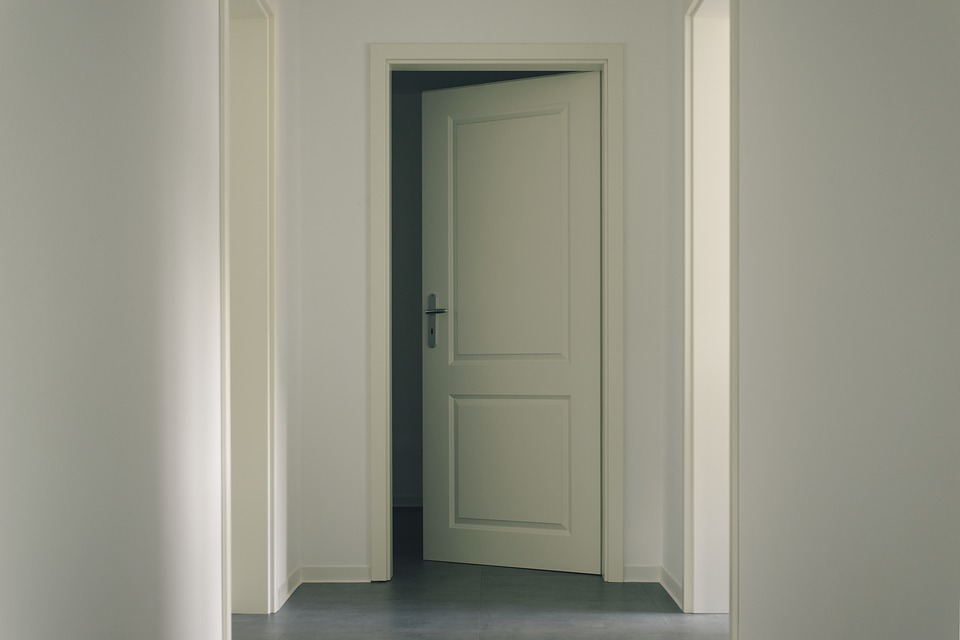 otvorené biele dvere