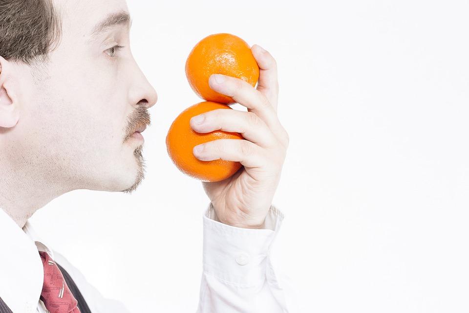 portrét muža, pomaranče